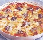 Traybake met gehaktballetjes, tomatensaus en knoflookbrood