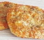 Knoflookbrood met mozzarella, Parmezaan en kruiden