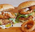 Broodje krokante kip en uienringen met ranchdressing
