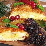 Vegetarische bladerdeegrol met aardappel, kaas en uien