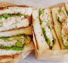 Sandwich met pittige tonijn, surimi en bleekselderij