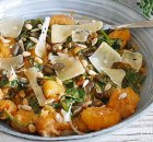Gebakken gnocchi met spinazie, kappertjes, ui en rode pesto