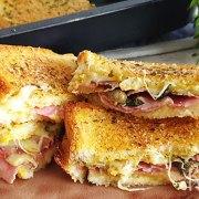 Mega bakblik sandwich met ham, salami en kaas uit de oven