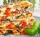 Gebakken dichte tortilla met Margherita pizzavulling en kip