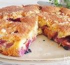 Ronde cake met verse pruimen, gember en amandelen