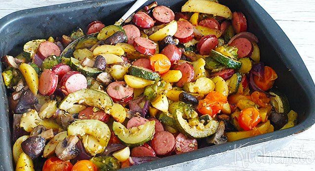 Rookworst, gemengde groenten en aardappel traybake