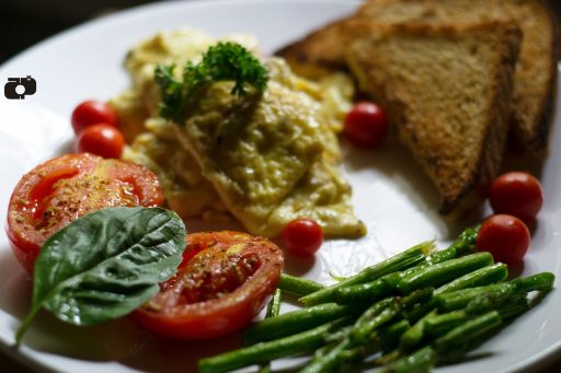 How to make scarmbled eggs and grilled tomatoes and asparagus