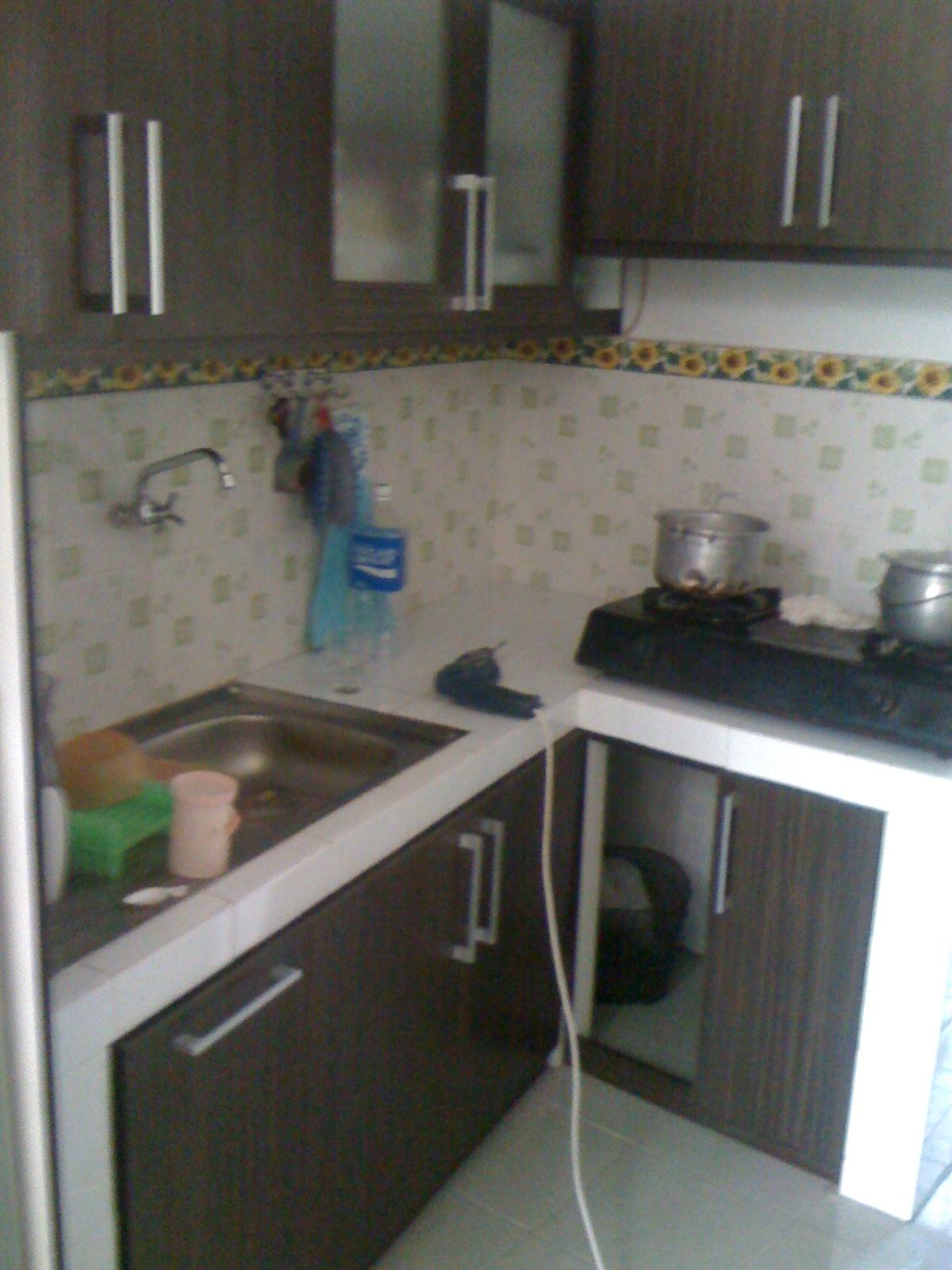 kitchen set dengan finishing HPL motif kayu