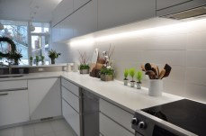 Bright white kitchen with touches of holiday greenery by Flowers Talk Tivoli