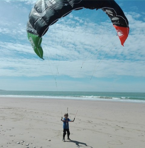 le fils de Laurent Ness apprend le kitesurf