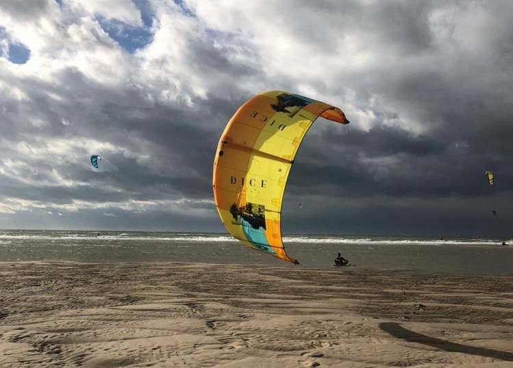 Prepare kitesurfing equipment