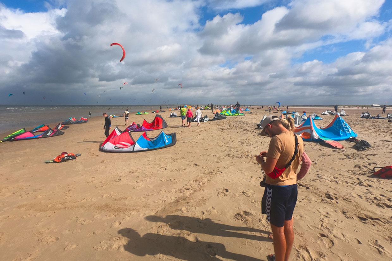 Kitesurf Vereniging. Steun het NKV en wordt lid. Foto: zomaar een zomerse dag op kitespot Brouwerdam