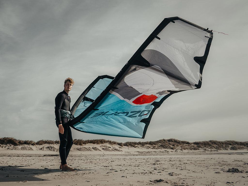 Gewicht kites. Voorbeeld van een lichte kite is Ozone Enduro V3