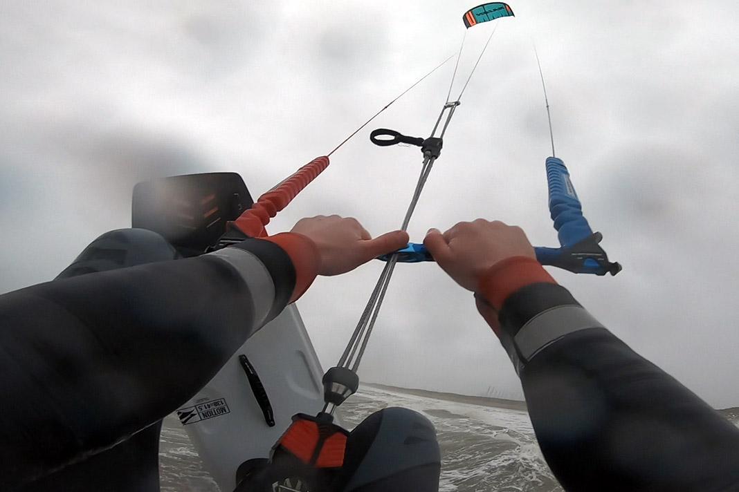 Kitesurfen in storm Bella