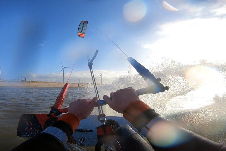 Kitesurfen op zee in januari. Kitesurfplan