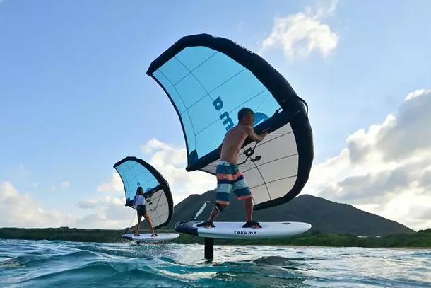 Decathlon heeft een wingsurf board, foil, wing en e-foil assortiment
