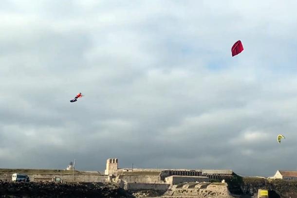Julian Meijvogel in actie tijdens het Full Power Tarifa Kite Fest