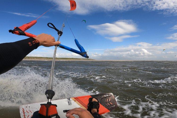 Kitesurfen op de Noordzee. Er zijn vaak ook stukjes op zee waar het water niet al te wild is.