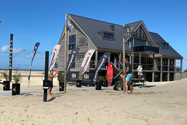 Diverse horeca paviljoens, kitesurfscholen en kitesurfshops aan de kitespot Brouwersdam. Campings genoeg in de regio