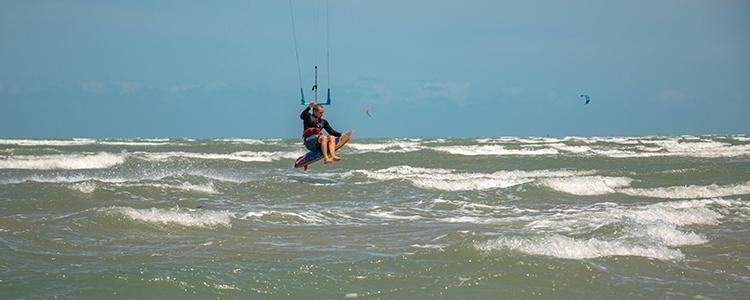 um salto em prancha de surf na base