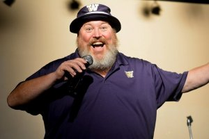 Cris Larsen hosts a comedy show at the Clover Leaf Tavern in Bremerton. (Steven Wyble / Kitsap Scene)