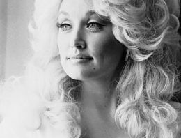 Holly Sh@t – Dolly Parton will play this year's festival