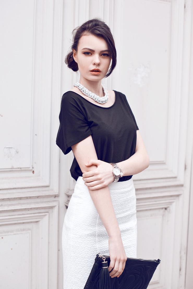 4 - Классическая черная блузка с рукавом и юбка с интересным клатчем и ожерельем