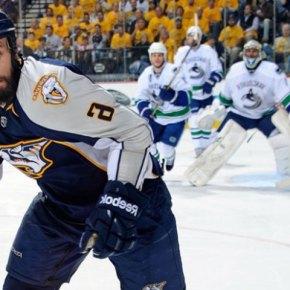 В хоккей играют бородатые мужчины