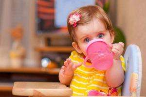 little-girl-drink-water