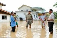 Kiulu 15 Januari 2014.ADUN N11 Kiulu, Datuk Joniston Bangkuai (tengah) melawat Kg.Kauluan yang dilanda banjir berikutan hujan lebat berterusan mengakibatkan Sungai Kauluan melimpah membanjiri kawasan kampung.