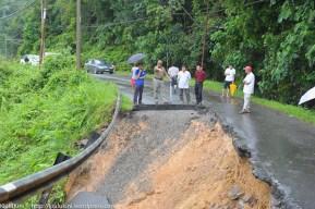 KIULU 15 Januari 2014.ADUN N11 Kiulu, Datuk Joniston Bangkuai (dua kiri) berada di lokasi KM6.1 Jalan Tamparuli - Kiulu, jalan yang ditutup berikutan kejadian tanah runtuh akibat hujan lebat yang berterusan lebih 12 jam yang lepas.