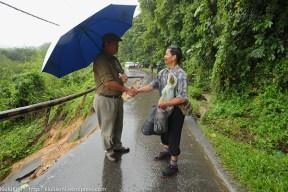 KIULU 15 Januari 2014.ADUN N11 Kiulu, Datuk Joniston Bangkuai (kiri) berada di lokasi KM6.1 Jalan Tamparuli - Kiulu, jalan yang ditutup berikutan kejadian tanah runtuh akibat hujan lebat yang berterusan lebih 12 jam yang lepas.
