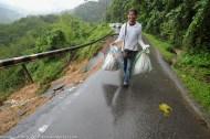 KIULU 15 Januari 2014.Seorang pengguna jalan raya terpaksa berjalan kaki melepasi lokasi KM6.1 Jalan Tamparuli - Kiulu, jalan yang ditutup berikutan kejadian tanah runtuh akibat hujan lebat yang berterusan lebih 12 jam yang lepas.