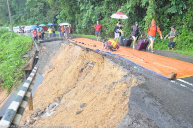 KIULU 15 Januari 2014.Sekumpulan pelancong terpaksa berjalan kaki untuk melepasi lokasi KM6.1 Jalan Tamparuli - Kiulu, jalan yang ditutup berikutan kejadian tanah runtuh akibat hujan lebat yang berterusan lebih 12 jam yang lepas.