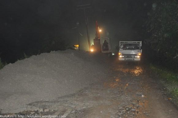 KIULU 15 Januari 2014.Kerja-kerja membuat laluan lencongan sedang giat dijalankan oleh kontraktor JKR.
