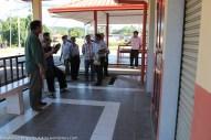 Joniston (kiri) meninjau tandas awam di hentian bas Pekan Kiulu yang sudah lama siap tetapi belum beroperasi.