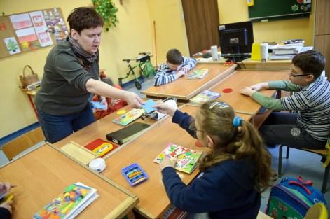 PHOTO: BARTOSZ KRUPA/EAST NEWS OWINSKA, 29/01/2013. OSRODEK OPIEKUNCZO - WYCHOWAWCZY DLA DZIECI NIEWIDOMYCH W MIEJSCOWOSCI OWINSKA. N/Z: LEKCJA JEZYKA ANGIELSKIEGO W SZKOLE PODSTAWOWEJ. Owinska, Poland 29/01/2013 The school for blind children in Owinska. In the picture: English language lesson.