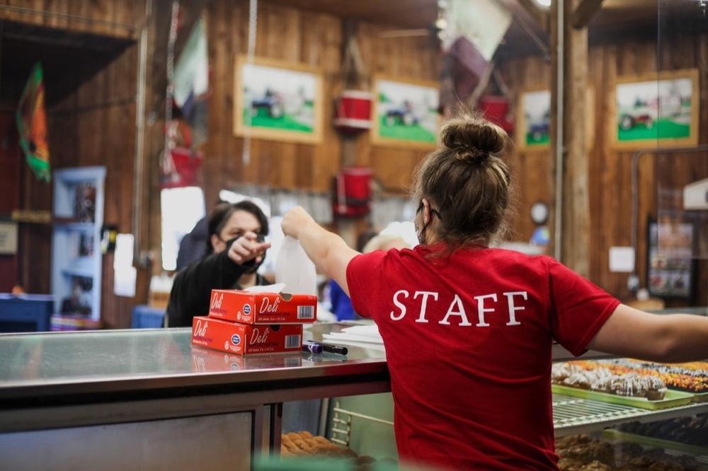 """""""staff"""" の使い方は?""""a staff""""、""""staffs"""" は正しい?"""