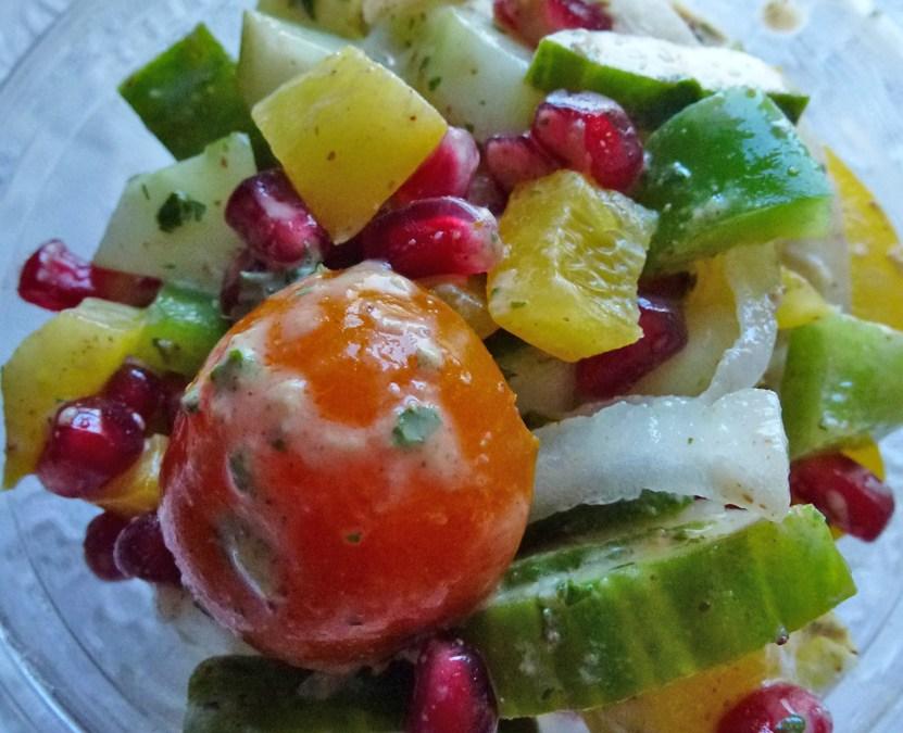 Salade de concombre, poivrons, tomates, grains de grenade. Sauce grenadine amande et basilique.