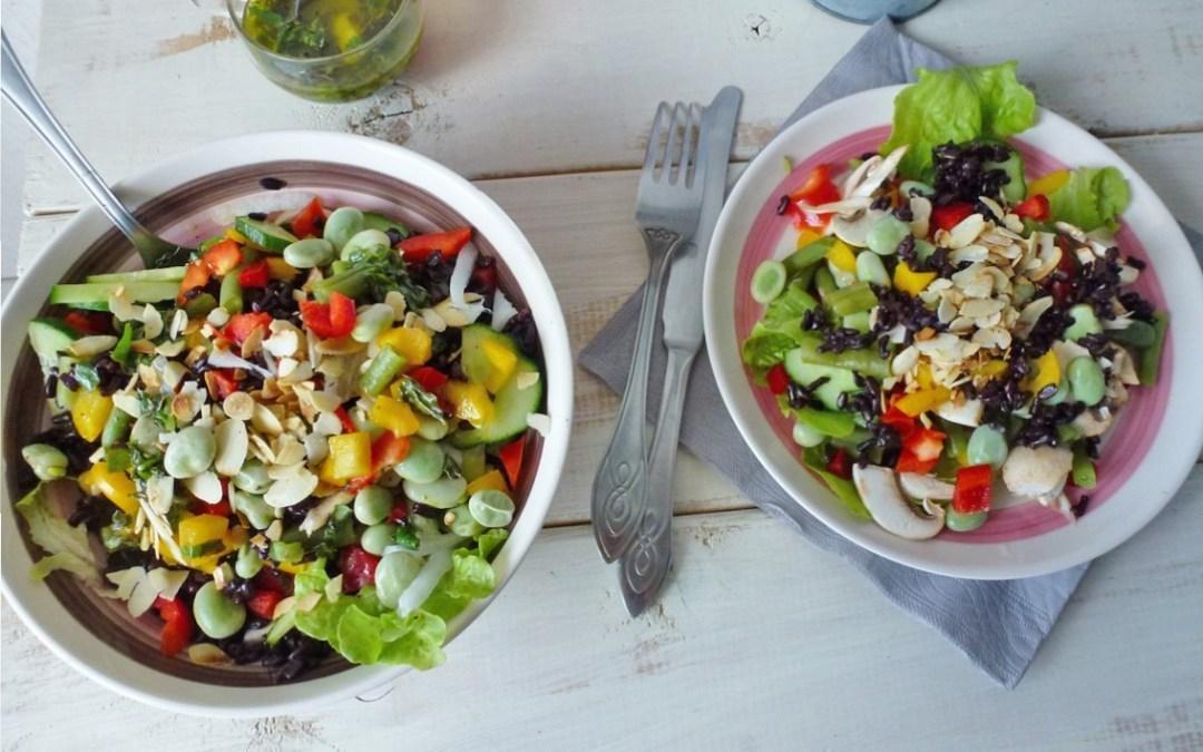 Salade composée ;  fèves fraiches, riz noir avec amandes et petits légumes.  Sauce menthe/basilique  ( Sans gluten, Végétalien)