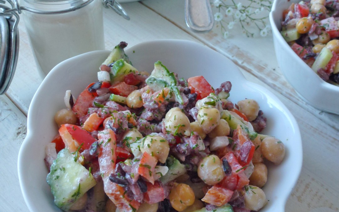 Salade complète de petits légumes à l'estragon avec pois chiche et riz rouge. Sauce légère tahini citron. (Sans gluten, Végan )