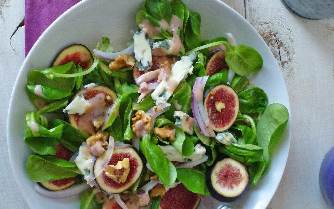 Salade de figues, noix, et fromage de brebis. Sauce légère à la figue et au yaourt de soja.