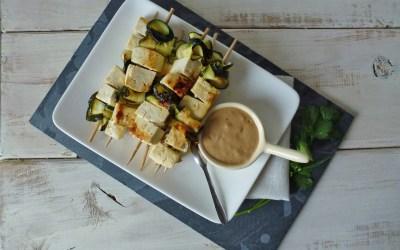 Brochettes de tofu marinées au citron et lait de coco. Sauce coco/cacahuète. ( alléger, vegan, sans gluten )