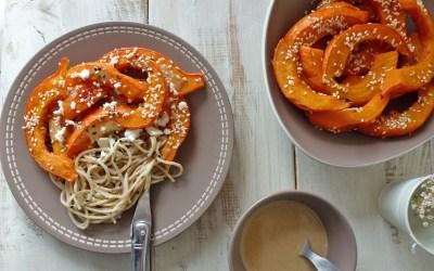 Tranches de potimarron rôtis, sauce sésame orange. Accompagnées de pâtes de riz. ( Allégée, option vegan )