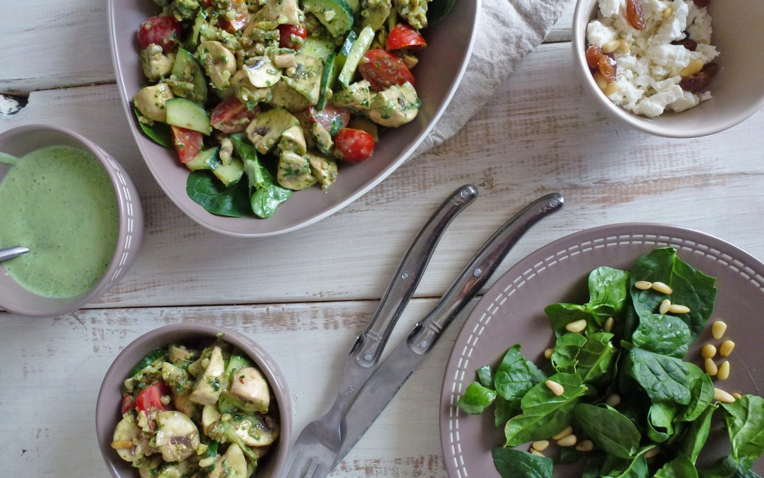 Salade de champignons, pignons et raisins secs. Sauce verte, crémeuse et légère  ( léger, vegan )
