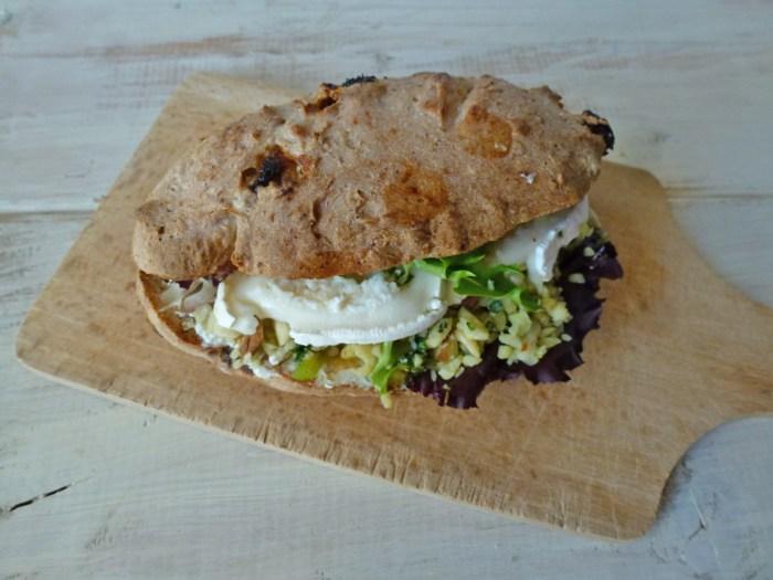 -sandwich-vegetarien-aux-amandes-basilique-chevre-par-kiwi-forme