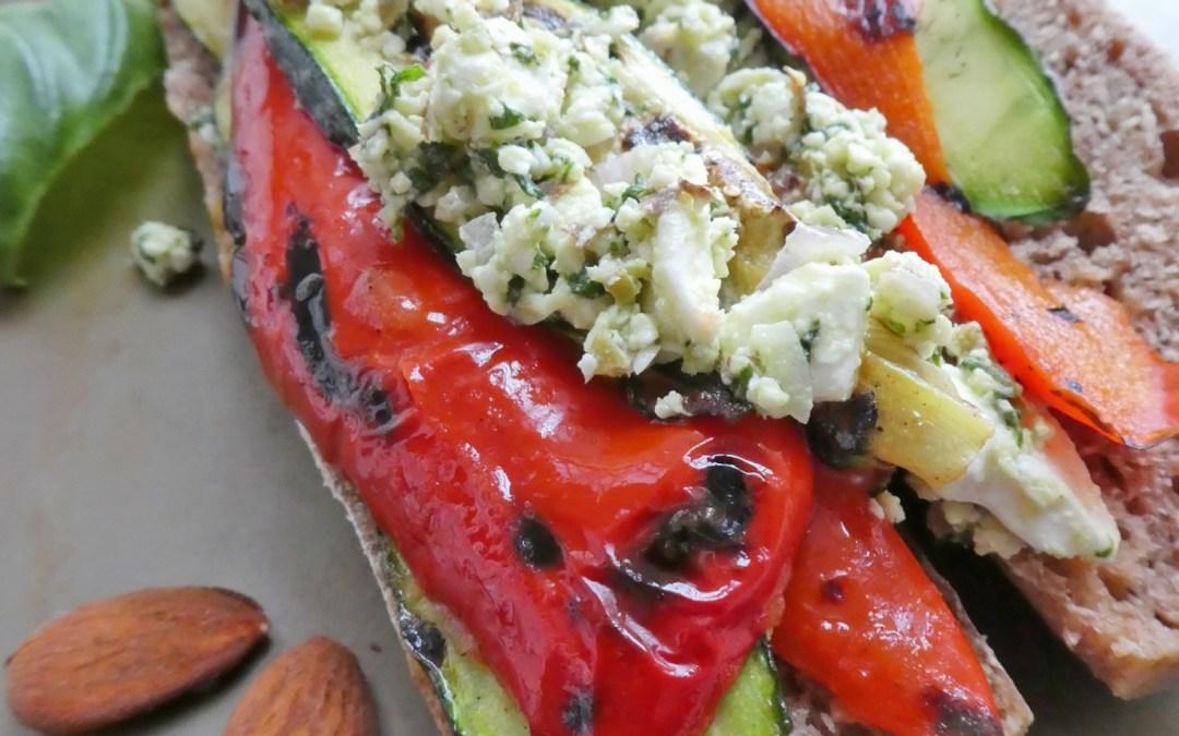 Sandwich aux légumes grillés, féta, pesto d'amandes à l'échalote, olives et basilique +…