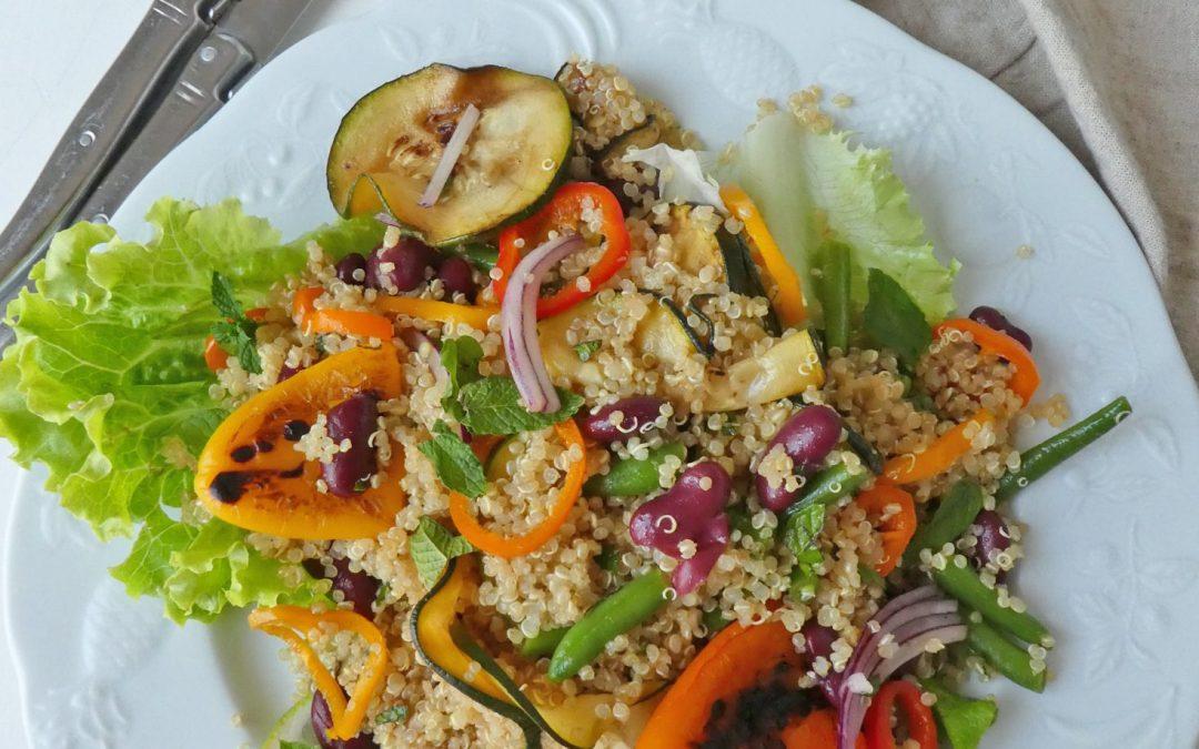 Salade de quinoa aux haricots rouges et légumes grillés  ( Sans gluten, vegan )