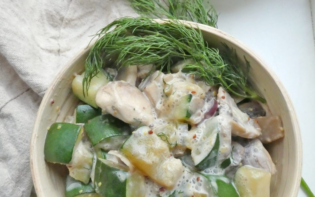 Poêlée de légumes ( courgettes, champignons, oignons rouges, céleri ) à la crème végétale, aneth et moutarde à l'ancienne.