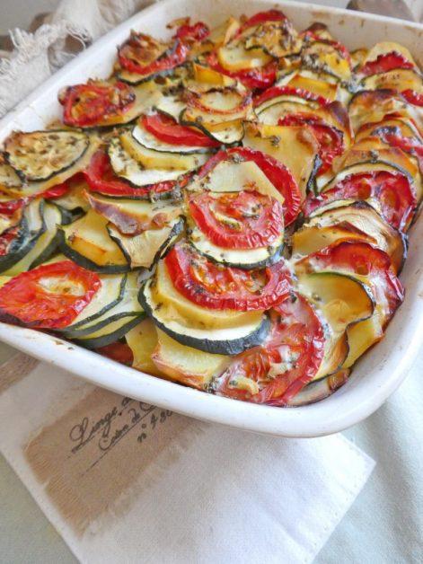 Gratin d'été aux pommes de terre, tomates et courgettes